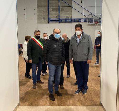Il vicegovernatore del Friuli Venezia Giulia con delega alla Salute, Riccardo Riccardi, all'attivazione del punto vaccinale di Ronchi dei Legionari al Palasport Armando Filiput, in via Roma.