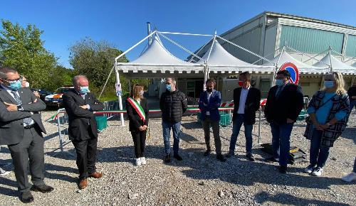 Il vicegovernatore della Regione con delega alla Salute, Riccardo Riccardi, all'apertura della sede extra ospedaliera per la somministrazione dei vaccini alla palestra comunale S. Usaj di Aurisina (Trieste), assieme al sindaco di Duino-Aurisina Daniela Pallotta.
