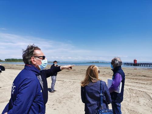 Sopralluogo sull'arenile lignanese dell'assessore regionale alla Difesa dell'ambiente Fabio Scoccimarro