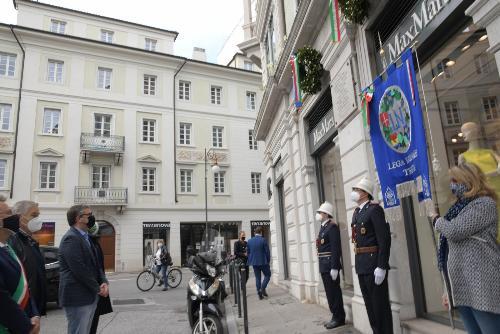 L'assessore regionale alle Autonomie locali, Sicurezza e Corregionali all'estero Pierpaolo Roberti sosta davanti alla targa che ricorda in via Imbriani a Trieste i Caduti del 5 maggio 1945