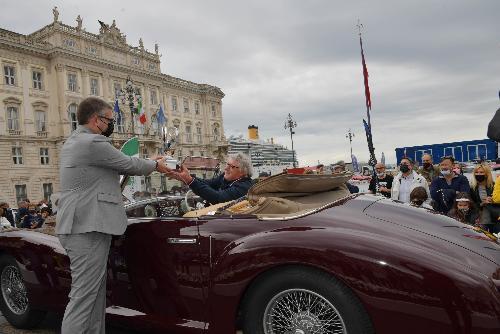 L'assessore regionale alle Autonomie locali Pierapolo Roberti premia l'Alfa Romeo 6C 2500 Sport cabrio del 1945 - Trieste 16 maggio 2021