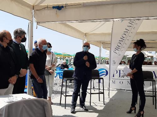 L'assessore regionale al Demanio e Patrimonio Sebastiano Callari (al microfono) alla presentazione della stagione estiva di Monfalcone  e del suo litorale. A destra il sindaco Anna Maria Cisint
