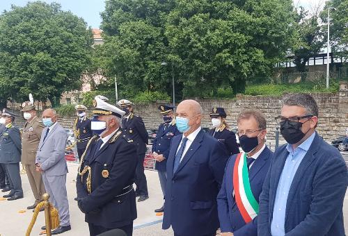 L'assessore Roberti insieme alle altre autorità presenti alla cerimonia per il 159esimo anniversario del Corpo della Polizia locale di Trieste