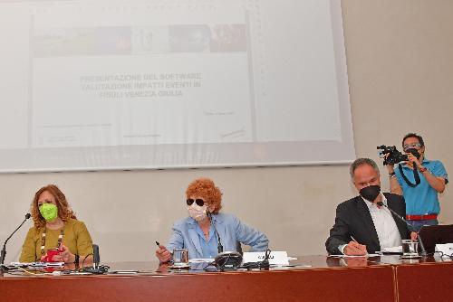 L'assessore regionale alla Cultura Tiziana Gibelli (al centro della foto) nella conferenza stampa a Trieste in Sala Predonzani in cui è stato illustrato il software di valutazione dell'impatto degli eventi culturali in Friuli Venezia Giulia