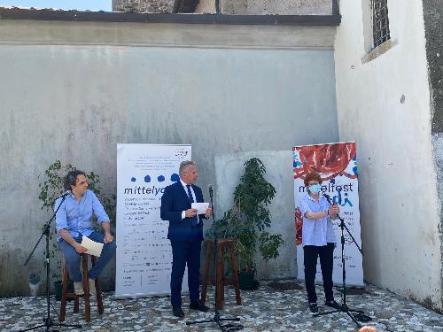 L'assessore regionale Tiziana Gibelli all'inaugurazione di Mittelyoung con il presidente e direttore artistico di Mittelfest Roberto Corciulo e Giacomo Pedini