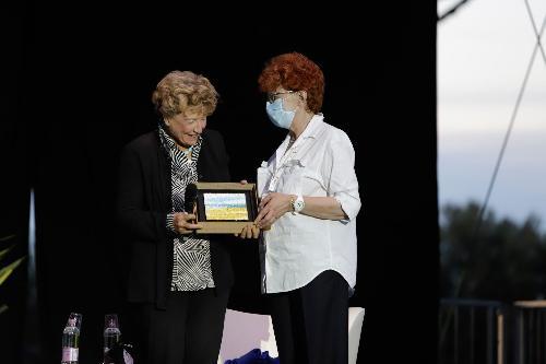 L'assesore regionale Tiziana Gibelli consegna il premio a Dacia Maraini