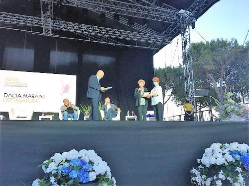 L'assessore Gibelli premia Dacia Maraini a Lignano Sabbiadoro