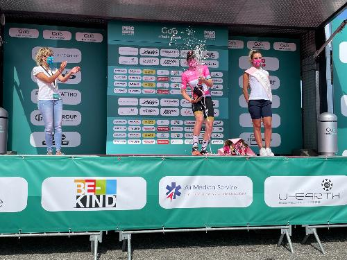 L'assessore regionale alle Finanze, Barbara Zilli, sul palco della premiazione del Giro rosa allestito al traguardo sulla vetta del Matajur