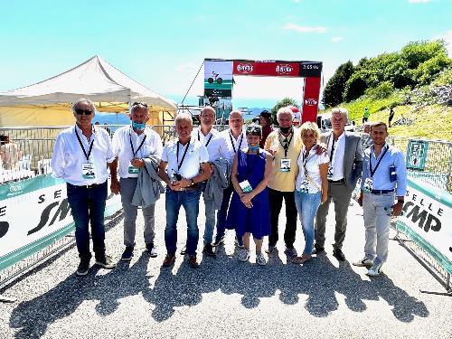 L'assessore regionale alle Finanze Barbara Zilli insieme al patron delle tappe in Friuli Venezia Giulia del Giro Rosa, Enzo Cainero, e alcuni amministratori locali