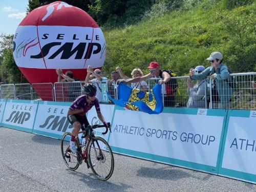 L'arrivo di una atlta asotto il traguardo del Giro rosa, posto sulla vetta del monte Matajur