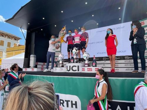 L'assessore regionale alle Attività produttive e al turismo, Sergio Emidio Bini, alla premiazione del Giro ciclistico rosa, sul palco con la vincitrice, con la friulana Cecchini e il campione di ciclocross, Pontini, e con i sindaco del Collio.