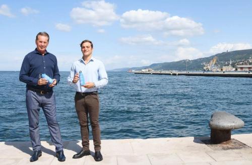 L'assessore alla Difesa dell'ambiente, Fabio Scoccimarro, con il tuffatore Alessandro De Rose.