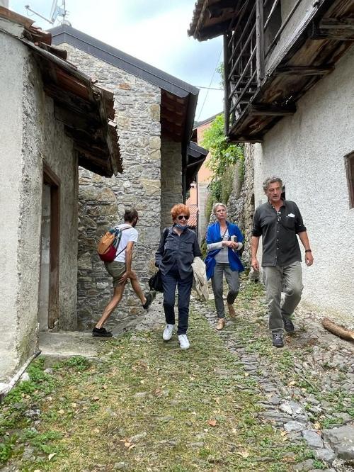 L'assessore regionale alla Cultura, Tiziana Gibelli, con gli organizzatori dell XXVIII Stazione di Topolo, a Grimacco, Antonella Bucovaz e Moreno Miorelli.