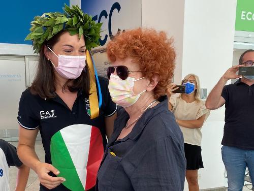 L'assessore regionale allo Sport Tiziana Gibelli insieme a Mara Navarria, medaglia di bronzo alle olimpiadi di Tokyo, di rientro all'aeroporto di Ronchi dei Legionari