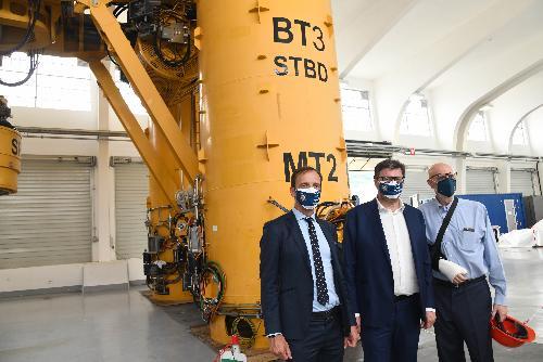 Il governatore Fedriga e i ministro Giorgetti nello stabilimento della Saipem