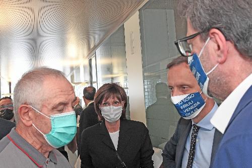Il governatore Fedriga e l'assessore regionale Alessia Rosolen mentre visitano l'Abs di Pozzuolo del Friuli con il ministro Giorgetti.